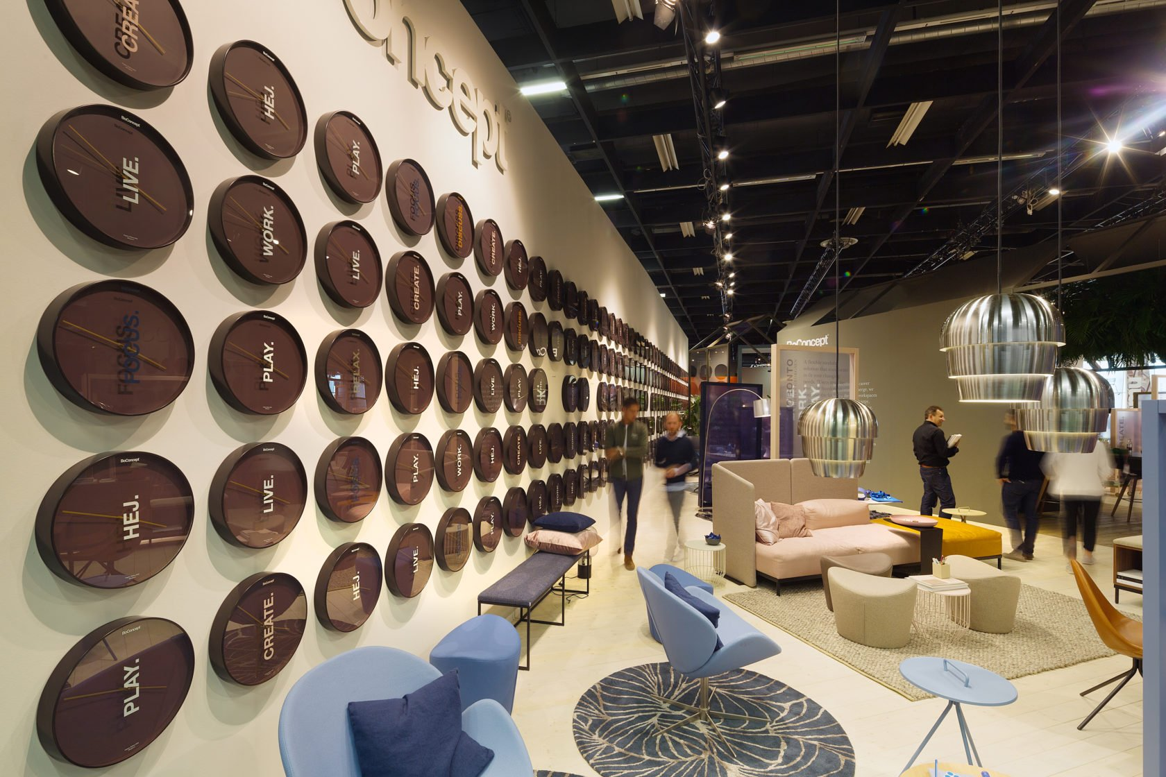 Boconcept Orgatec18 Messedesign Messestand Messebau Uhrenwand Front